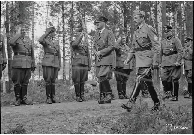 Adolf Hitler på besök i Kaukopää, Imatra i juni 1942 i samband med marskalk Mannerheims 75-årsdag.