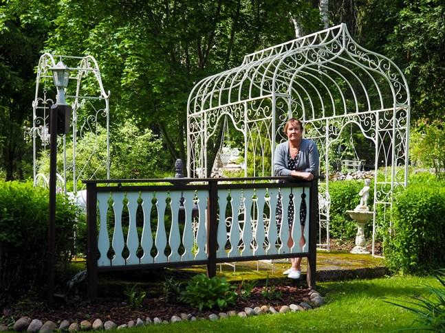 Denna berså var det första delen av trädgården som blev klar i trädgården. Efter det har rum efter rum i trädgården blivit till med åren, berättar Denice Hansson i Lahnakoski.