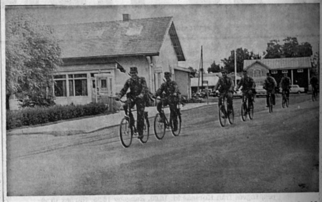 Det här med cykelmarsch tycks inte mannarna ta så fasligt allvarligt, ty åtminstone de här krigarna grinade glatt upp sig för fotografen när de cyklade genom Övermark.