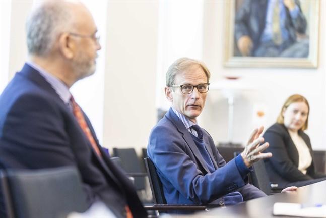 Tom Dodd slutar snart som Storbritanniens ambassadör i Finland. Men han hann med ett besök till Vasa. Med sig hade han försvarsattachén Stephen Boyle och klimatpolitiska rådgivaren Marika Hakkarainen.