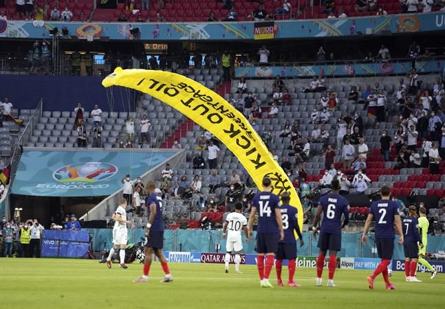 En Greenpeace-aktivist kraschar på innerplan på Allianz Arena i München inför stormötet Tyskland – Frankrike.