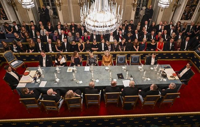 Akademiledamöterna vid bordet.