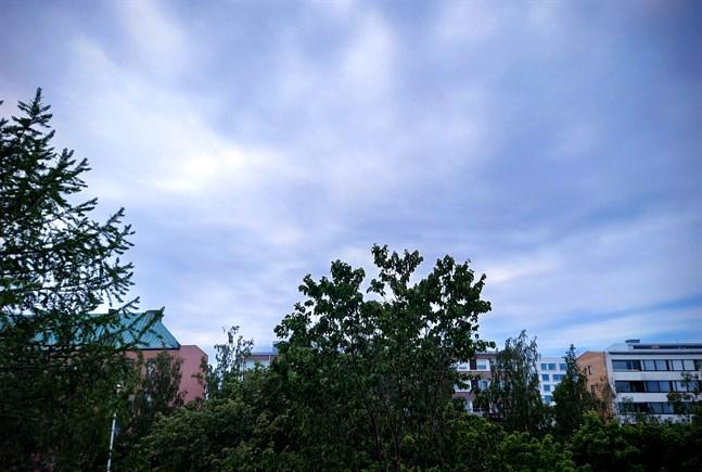 Helgens lågtryck för med sig moln som kan innehålla både regn och åska.
