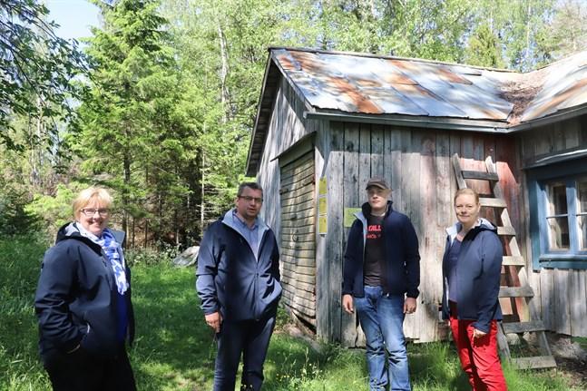 Kristina Kullas-Norrgård, Peter Norrgård och Maria Östman sitter i skärgårdsföreningens styrelse. William Östman (andra från höger) hjälper till att upprätthålla vandringsleden i Västerö.