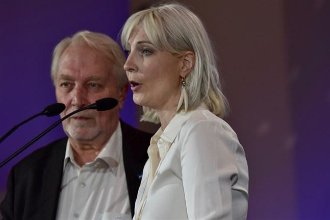 Laura Huhtasaari (Sannf/ID) tror att framtidskonferensen kommer att utnyttjas av EU-förespråkare. Till vänster Sannfinländarnas partitjänsteman Matti Putkonen.