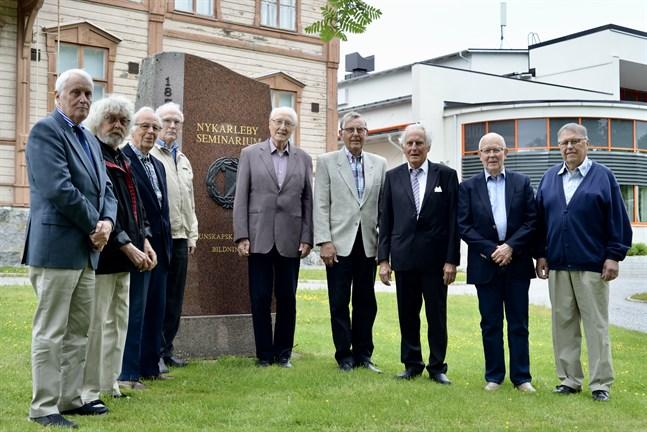 1961 utexaminerades 24 lärare från lärarseminariet i Nykarleby. Nio stycken har hittat till Nykarleby för klassträff.