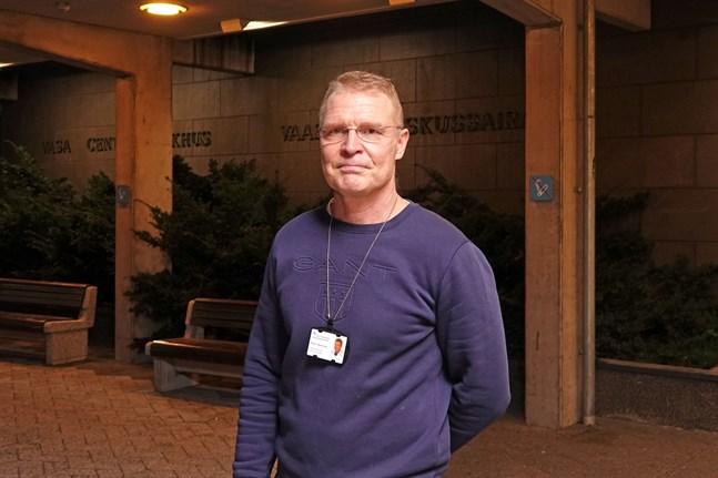 Chefsöverläkare Peter Nieminen vid Vasa centralsjukhus säger att munskyddsrekommendationen lindras i Österbotten vid månadsskiftet. Arkivbild.