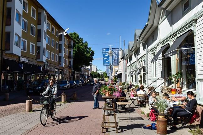 På Åland försvinner kravet på munskydd på offentliga platser från och med den 28 juni i utgångsnivån och accelerationsfasen. Undantagen är om man är på väg till eller från covid 19-testning eller sitter i frivilligkarantän efter att ha besökt en region med hög smittnivå.
