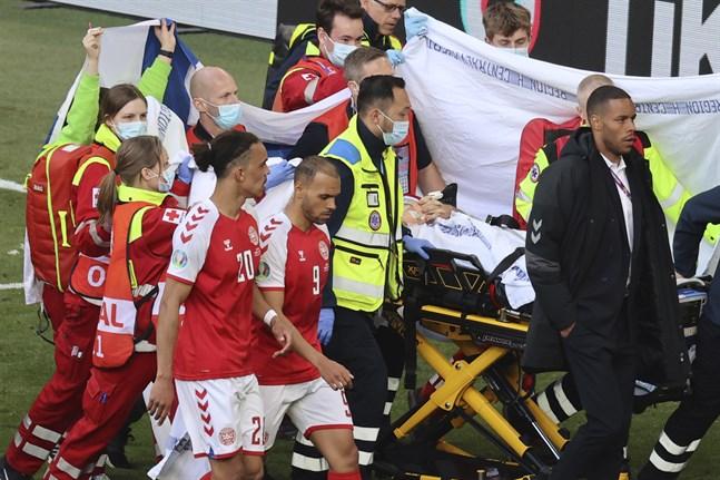 Christian Eriksen fördes i väg till ambulans efter att han drabbats av ett hjärtstopp under EM-matchen mot Finland i lördags.