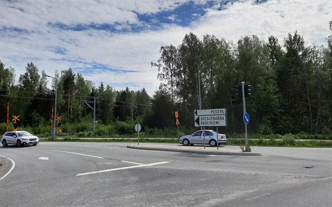 Olaglig ammunition hittades i ett hus i stadsdelen Peders i Jakobstad i samband med en knarkrazzia.