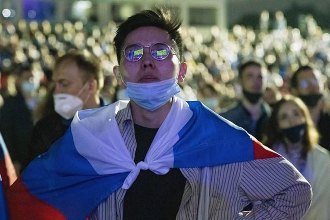 Matchen i fotbolls-EM mellan Ryssland och Belgien visas upp på skärmen vid idrottsarena Luzhniki Olympic Complex i Moskva. Trots ökad smittspridning och hårda restriktioner kommer arenan öppna för ett begränsat antal i publiken.
