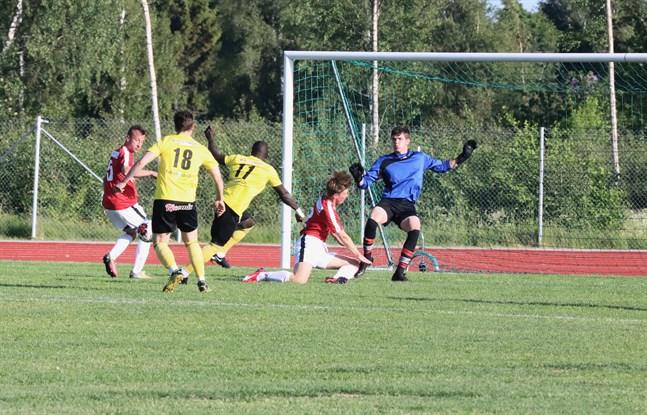 Korsnäs FF:s målvakt Laban Wikstrand samt försvararna Edvin Sundqvist och Edin Halilcevic hade fullt upp med FC Kiistos anfallare på torsdagskvällen.