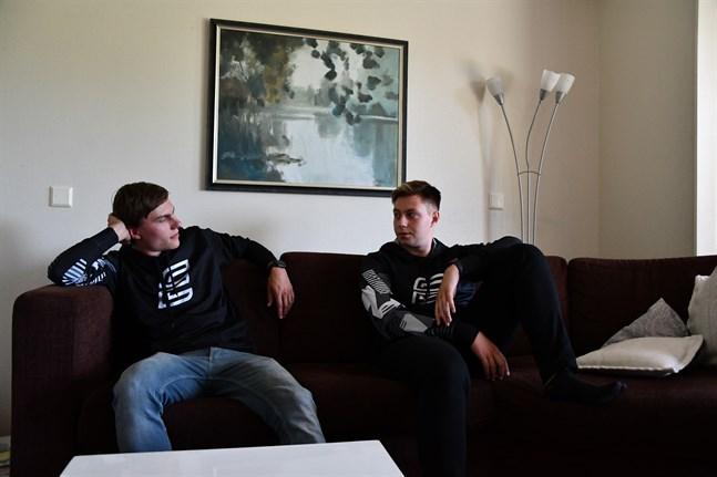 Odin Rausk och Sebastian Pada är två inbitna e-sportare. Men någon proffskarriär satsar de inte på. Istället vill de hjälpa andra spelare att vinna.