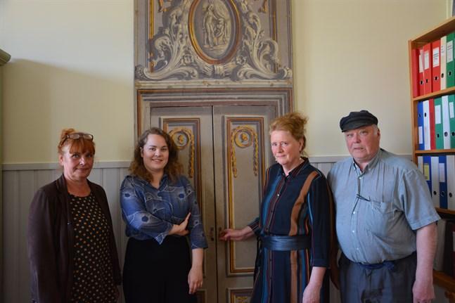 Konservator Liisukka Oksa till vänster, museiamanuens Linda Aura, kultursekreterare Riitta Raikio-Söderlund, som är förman för museienheten och guiden Erkki Kallio jobbar med Carlsro museum i Kristinestad.