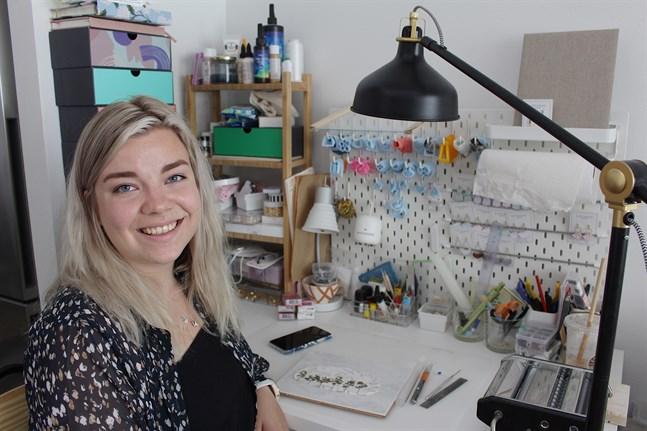 Den unga företagaren Lovisa Back säljer handtillverkade smycken från sin studielägenhet i Esbo.