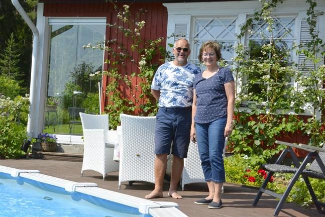 Roger och Ann-Christine Lundell trivs i sin trädgård. Poolen är i flitig användning.