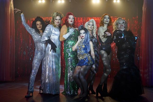 """Så här ser skådespelarna i """"Dancing Queens"""" ut som dragartister. Ida """"Inxi"""" Holmlund har varit deras danslärare. Från vänster i bild: Louie Indriana, Christopher Wollter, Emil Almén, Molly Nutley, André Christenson, Razmus Nyström och Claes Malmberg."""