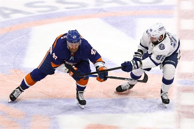 Klubbekrig i Stanley Cup-slutspelet med NY Islanders Leo Komarov (nummer 47) och Tampas Nikita Kutjerov som kontrahenter på isen.