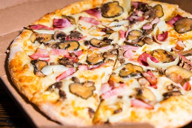 Den nu åtalade pizzabagaren äger och driver en pizzarestaurang i Vasa centrum.