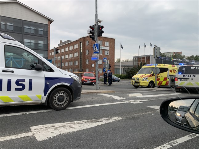 Polisbil och ambulans står i korsningen av Smedsbyvägen och Kvarngatan.