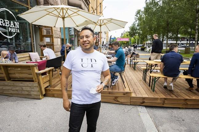 David Ortiz, som äger Urban Pasta, är glad över att staden satsar på en förlängd gågata i år igen. Nu får terrasserna dessutom vara större än i fjol när hela gatavsnittet är avstängt för trafik.