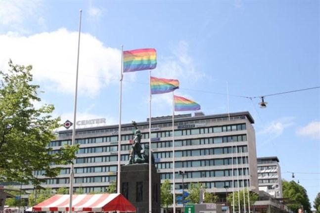 Vasa flaggar för pridemånaden.