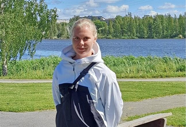 Frida Peltonen jobbar som idrottskompis i sommar.