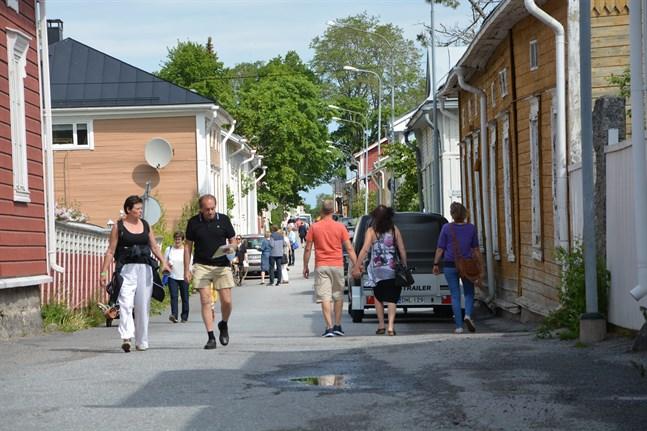 Det var mycket folk i rörelse på gatorna genast från morgonen. Många promenerar mellan de olika ställen. En hel del cyklister var också ute.