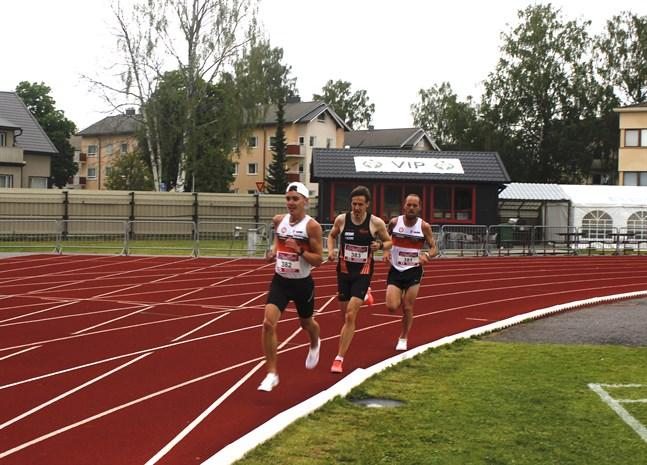 Kevin Sandell i ledning på 10 000 meters loppet tätt följd av Harri Hietamäki och  Björn Sandler.