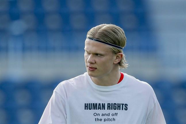 Erling Braut Håland, iklädd protesttröja, inför VM-kvalmatchen mot Turkiet. Arkivbild.