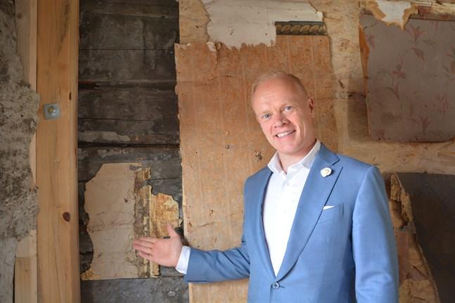Harri Alatalo, en av drivkrafterna bakom hotell Krepelin, visade upp pågående renoveringsprojekt i Krepelinska huset när öppna portar-evenemanget gick av stapeln i veckoslutet.