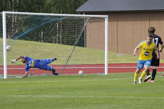 Kakhaber Samsonia pangar här in 2-0 bakom en chanslös Lelo Lun Koka i GBK:s mål.