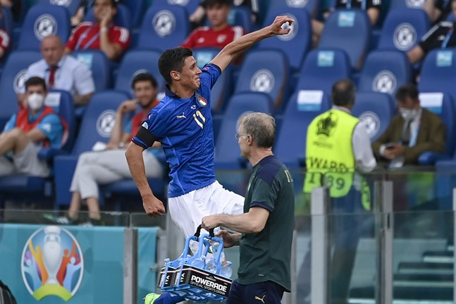 Matteo Pessina firar segermålet mot Wales.