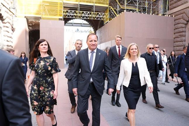 Jämställdhets- och bostadsminister Märta Stenevi (MP), statsminister Stefan Löfven och finansminister Magdalena Andersson på väg till riksdagens omröstningen av ett förslag om misstroendeförklaring.