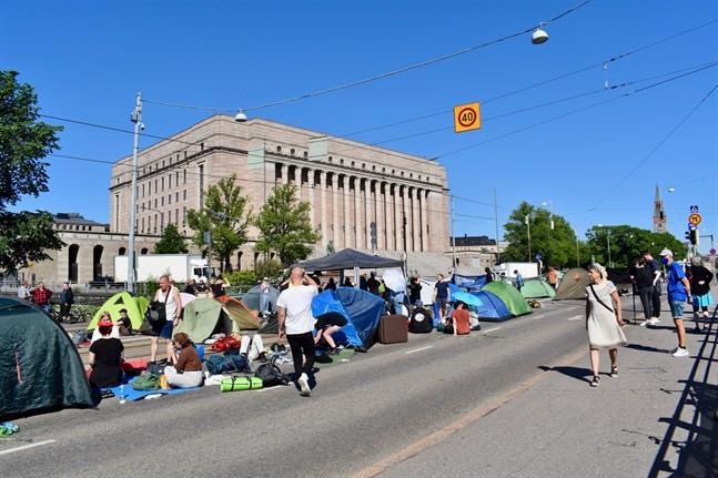 Elokapina blockerade trafiken på Mannerheimvägen. Bilden är från i fredags.