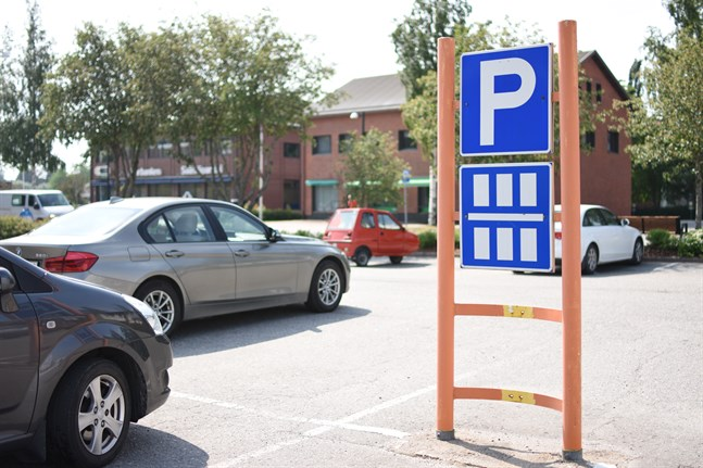 I bland annat Närpes inträffar en stor andel av trafikskadorna på parkeringsplatser. Ofta sker kollisionerna vid större affärer.