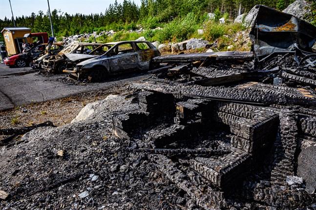 Frivilliga brandkårens övningsområde i Larsmo, där pyromanen misstänks ha antänt ett antal skrotbilar och en nybyggd grillkåta.