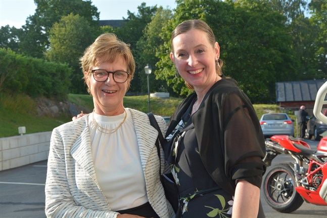 Agneta Teir, till vänster, och Sari-Milla Ingves diskuterade skolfrågor efter mötet. Båda valde att inte ställa upp i valet och följer härefter med politiken från åskådarplats.