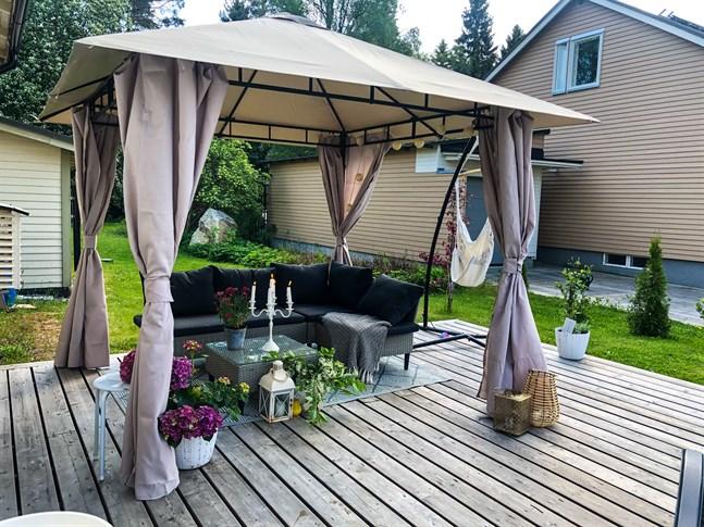 Det här är Linn Nybergs vackra uteplats i Västermalm, Jakobstad.