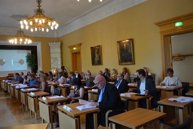 Sittande fullmäktige höll sitt sista möte i rådhussalongen. Tidigare under perioden har många möten varit utlokaliserade till andra ställen.