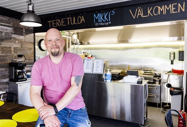 Mika Saarela är glad över att vi får äta ute igen. Mikki's i Smedsby är öppet sju dagar i veckan.