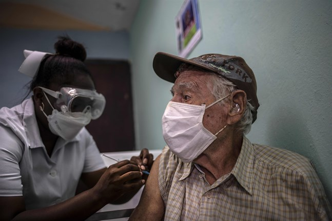 En man i Kubas huvudstad Havanna får en dos av det inhemska vaccinet Abdala. Bild från i maj.