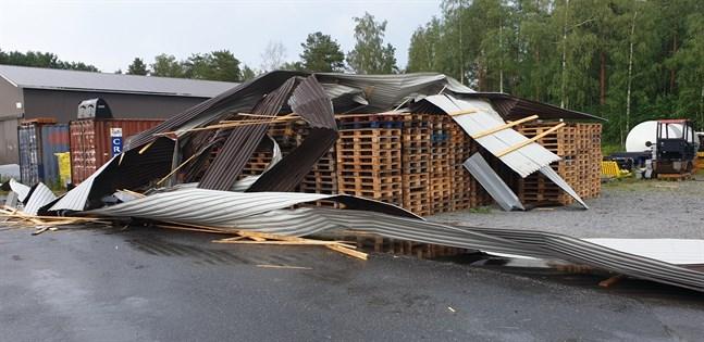 Jimmy Lindén säger att brandkåren hjälpte till med att sätta fast presenningar på taket för att det inte skulle regna in i lokalen.