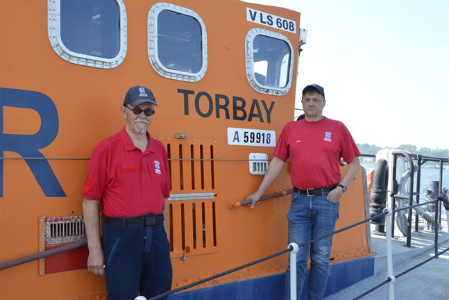 Aarno Ojala och Erkki Virta är två av tretton aktiva inom Kaskönejdens sjöräddningsförening som finns tillgängliga dygnet runt.