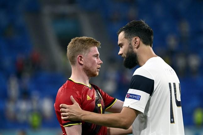 Klass möter klass. Tim Sparv tackar Kevin De Bruyne efter Finlands förlust mot Belgien.