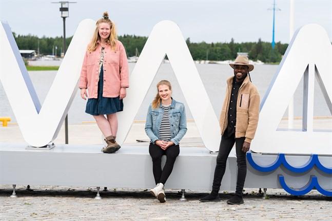Världens lyckligaste människa-kampanjens finalister från vänster: Maija Mäki, Anni Ruostekoski och Sebastian Da Costa.