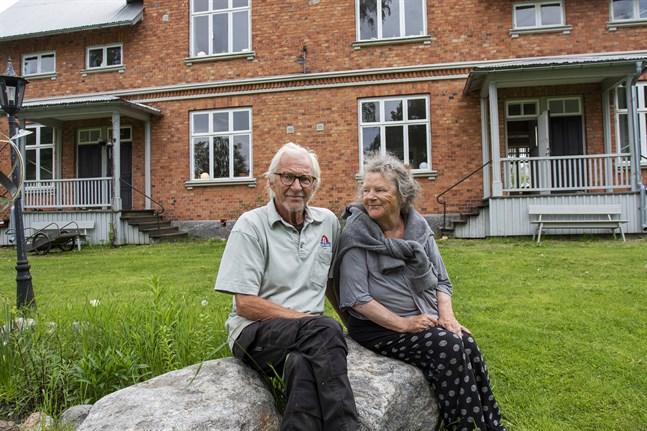 Lasse Lindeman och Anna-Lena Hardell har ett av husen på ön och tillbringar så mycket tid som möjligt där. Huset har en gång tillhört hyvelfaktorns och förmännens familjer.