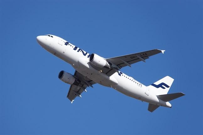 Kring hälften av Finnairs personal väntar på att få återvända till jobbet. Hela 70–80 procent av piloterna är permitterade.