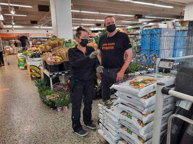 Köpmansparet Annika Eklund-Storrank och Miika Storrank vet inte vad de ska ta sig till med snattarna som återkommer gång på gång till butiken.