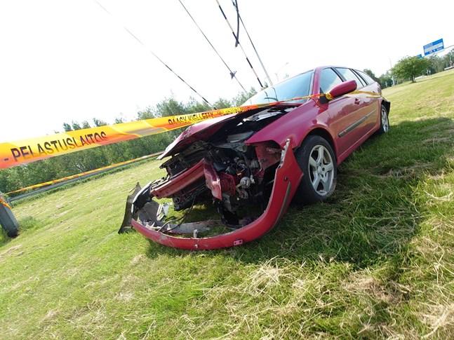 En personbil körde av vägen i centrum av Karleby vid lunchtid på tisdagen.